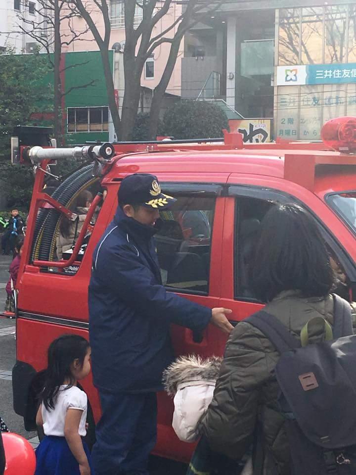 2017年2月4日 地元の子供まつりにて。消防団員として、 先輩方とともに地域の子供たちに消防車の試乗体験をお手伝い。